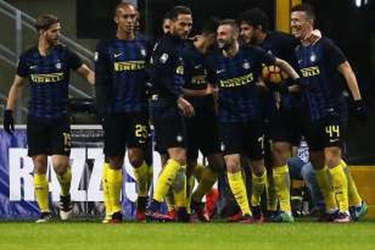Para pemain Inter Milan merayakan gol ke gawang Fiorentina, dalam lanjutan Serie A di Stadion Giuseppe Meazza, Senin (28/11/2016) waktu setempat.
