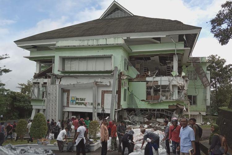 Para dosen dan mahasiswa IAIN AMbon berusaha mengeluarkan ratusan karung berisi buku dari Perpustakaan di kampus tersebut yang mengalami kerusakan parah, Minggu (9/6/2019)