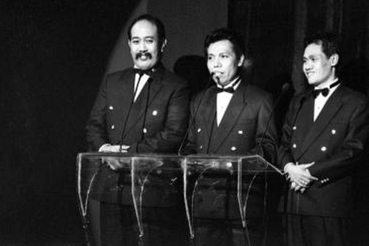 Trio Warung Kopi (Warkop) DKI dari kiri, Indro, Dono dan Kasino menjadi pembawa acara pergelaran BASF Awards di Fine Art Theatre Jakarta International School, Jakarta Selatan, Jumat (30/8/1991).