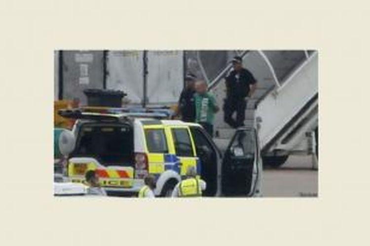 Polisi bersenjata dan menangkap seorang penumpang pelaku ancaman bom palsu