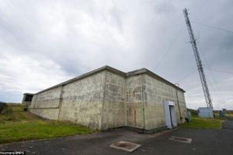 Tampak depan bungker Plymouth, Devon, Inggris.