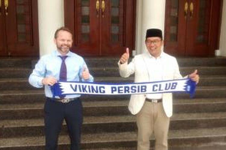Duta Besar Norwegia untuk Indonesia, Stig Traavik (kiri) bersama Wali Kota Bandung, Ridwan Kamil.