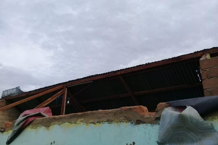 Kondisi rumah bayi yang terkena puting beliung di Tanjung, Bangka Barat, Jumat (27/11/2020).