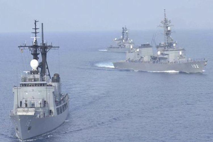 Kapal perang Jepang Harusame dan Amagiri berlayar di Laut China Selatan