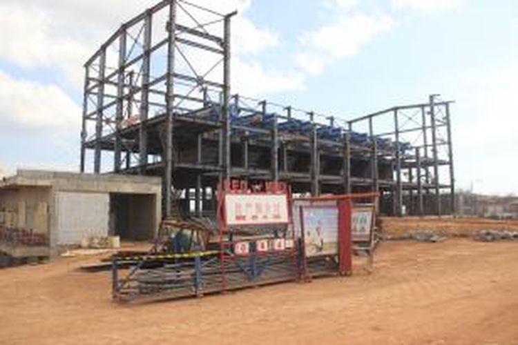 Red mud, tempat menampung limbah lumpur sisa pengolahan dan pemurnian (smelting) mineral bauksit, di smelter PT Well Harvest Winning (WHW) Alumina Refinery, di Air Upas, Ketapang, Kalimantan Barat Selasa (4/8/2015). Hingga Juli 2015, konstruksi red mud sudah mencapai 70 persen. Direncanakan smelter berkapasitas 1 juta ton SGA per tahun tersebut memasuki tahap commissioning pada awal tahun 2016.