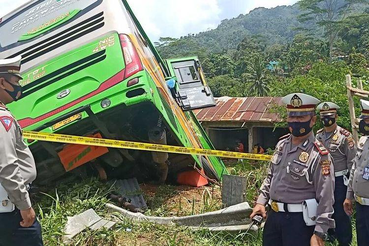 Satlantas Polres Tasikmalaya langsung memasang garis polisi guna penyelidikan kecelakaan bus masuk jurang di Jalan Pamijahan, Kecamatan Bantarkalong, Kabupaten Tasikmalaya, Selasa (10/11/2020) dini hari tadi. a