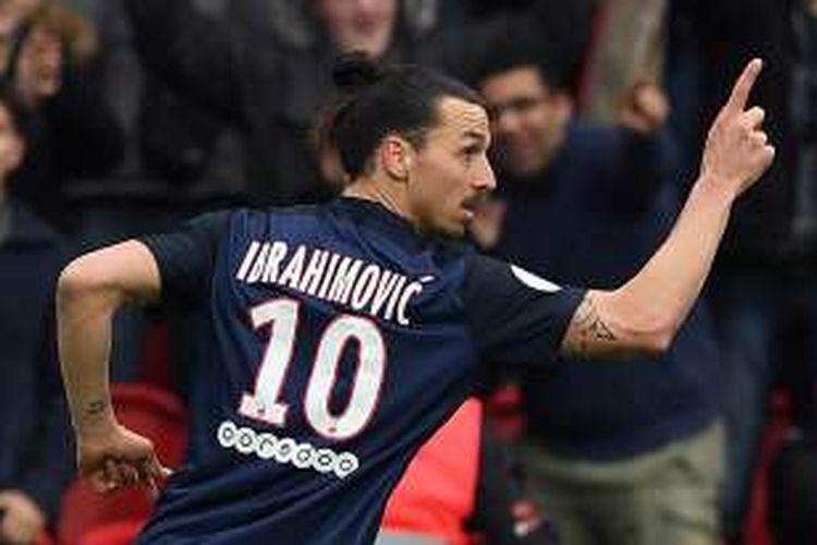 Penyerang Paris Saint-Germain Zlatan Ibrahimovic melakukan selebrasi setelah mencetak gol ke gawang Nice pada lanjutan Ligue 1 di Parc des Princes, Sabtu (2/4/2016).