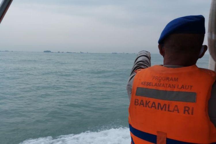 Personel Polairud Polres Karawang tengah melakukan pencarian nelayan Karawang yang perahunya tenggelam, Senin (22/6/2020).