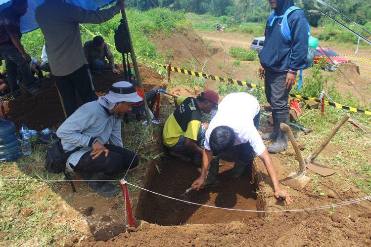 Proses penggalian atau ekskavasi situs purbakala yang ditemukan di lokasi proyek Tol Pandaan-Malang, Desa Sekarpuro, Kecamatan Pakis, Kabupaten Malang, Selasa (12/3/2019)