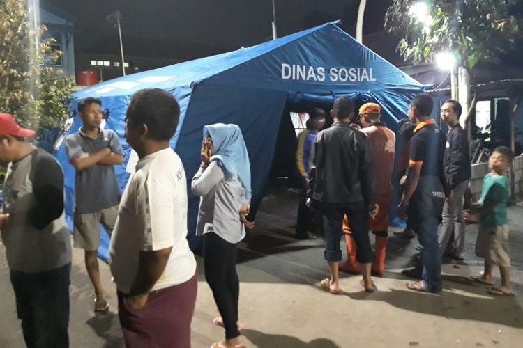 Tenda milik sudin sosial Jakarta Pusat untuk membantu warga yang kehilangan tempat tinggal akibat kebakaran di RT 006 RW 06 Kelurahan Kebon Kosong, Kemayoran.