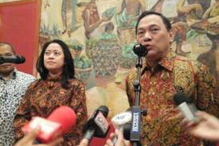 Gubernur Bank Indonesia, Agus Martowardojo dan Menteri Koordinator Bidang Pembangunan Manusia dan Kebudayaan, Puan Maharani di Gedung BI, Jakarta, Kamis (26/5/2016).