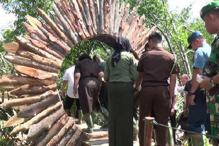 Gerbang masuk lokasi wisata hutan mangrove Desa Kurau Bangka Tengah, Kepulauan Bangka Belitung, Sabtu (29/7/2017).