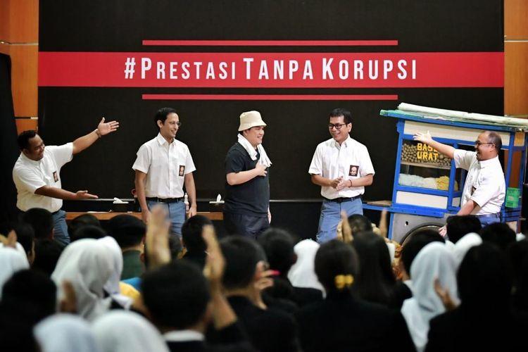 Mendikbud Nadiem Anwar Makarim bersama Menteri Pariwisata dan Ekonomi Kreatif Wishnutamaberperan sebagai siswa SMA, dan Menteri BUMN Erick Thohir berperan sebagai pedagang bakso dalam kampanye peringatan Hari Tanpa Korupsi di SMK Negeri 57, Jakarta, Senin (09/12/2019).