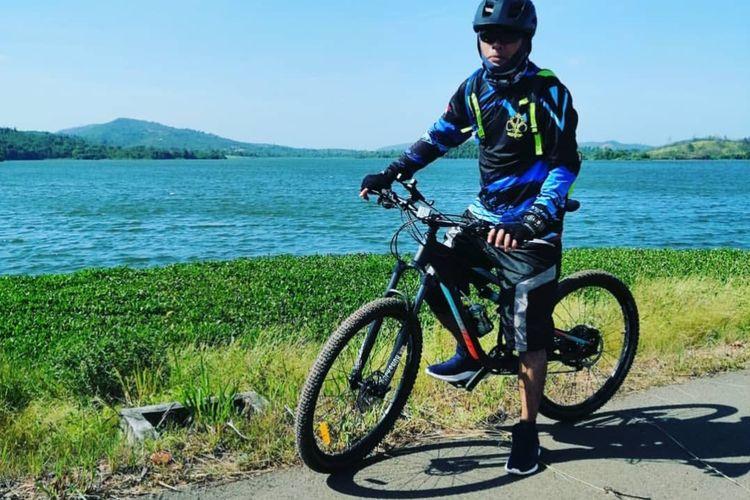 Salah seorang pesepeda berphoto dengan latar belakang Dam Monggak yang ada di Kecamatan Galang. Dam ini akan pertama kali digunakan untuk suplai air bersih di lokasi observasi Eks Kamp Vietnam.