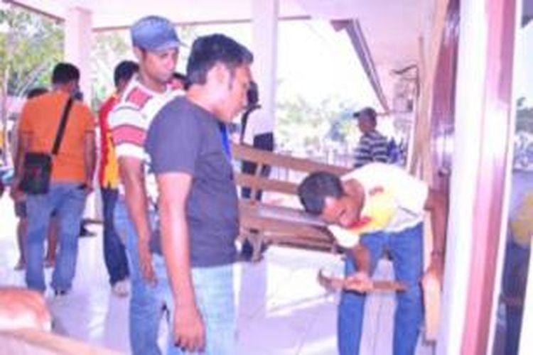 Lagi-lagi warga Morotai Provinsi Maluku Utara menyegel kantor pemerintahan. Kali ini, kantor DPRD Kabupaten Pulau Morotai menjadi sasaran massa, pada Jumat (18/10/2013) kemarin.