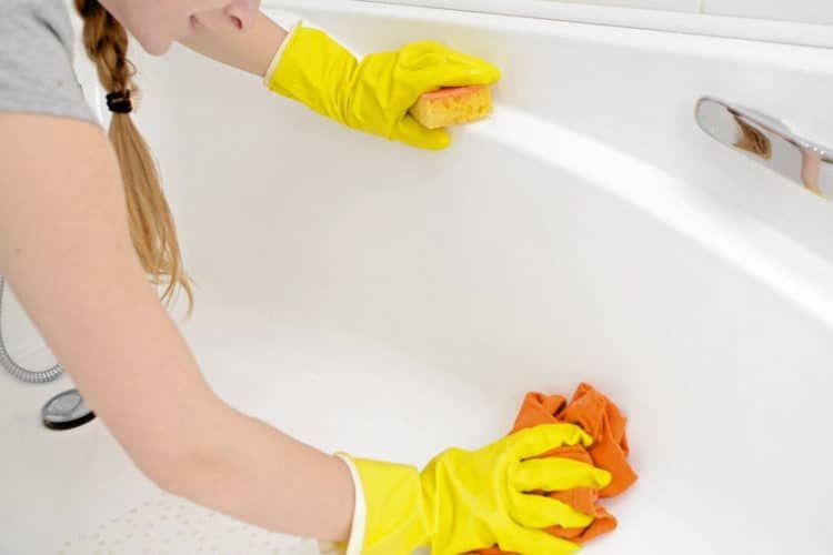 Ilustrasi membersihkan bathtub.