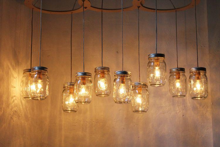 Manfaatkan toples kosong untuk hiasan lampu.