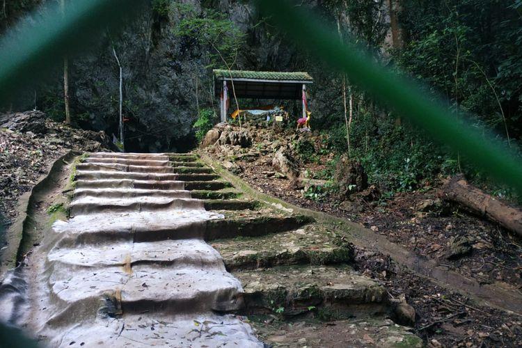 Mulut Gua Tham Luang di Distrik Mae Sai, Provinsi Chiang Rai, Thailand, ditutup oleh pagar kawat.
