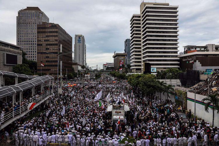Massa dari berbagai ormas berunjuk rasa di depan gedung Kedutaan Besar (Kedubes) Perancis, Jalan MH Thamrin, Jakarta Pusat, Senin (2/11/2020). Mereka memprotes sikap Presiden Prancis Emmanuel Macron yang dianggap menghina umat Islam.