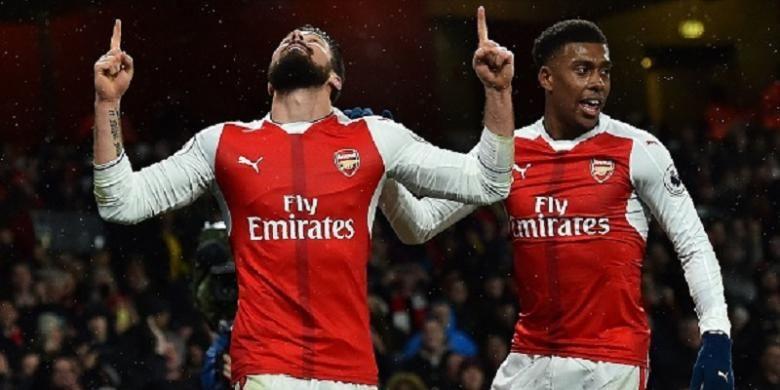 Alex Iwobi merayakan gol Olivier Giroud saat Arsenal menjamu Crystal Palace pada laga Premier League di Stadion Emirates, Minggu (1/1/2017).