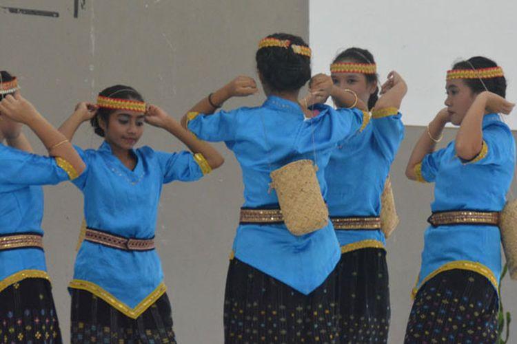 Penari perempuan dari SMAK Pancasila Borong, Manggarai Timur tergabung dalam Sanggar Bengkes Nai, Kamis (30/3/2017) mementaskan tarian Pua Kopi. Tarian ini dibawakan untuk menghormati para petani kopi di Manggarai Raya.