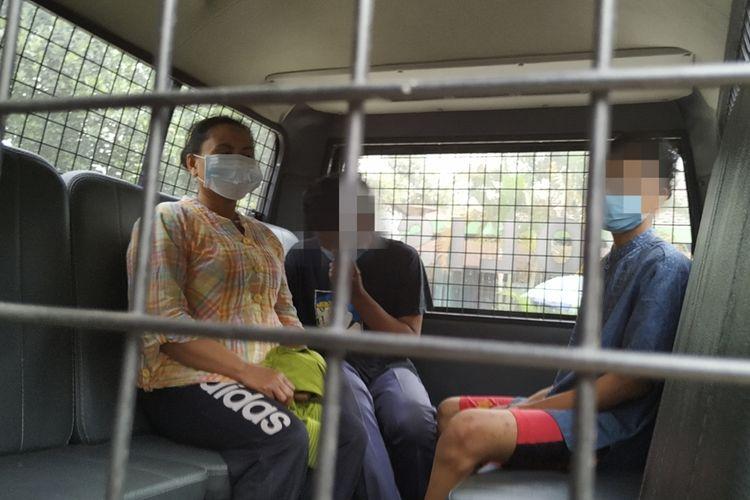 Tiga tersangka perkara pemerkosaan dan pembunuhan anak angkat dibawa ke Polres Sukabumi Kota dari Polsek Cibadak,  Sukabumi, Jawa Barat, Selasa (24/2019)
