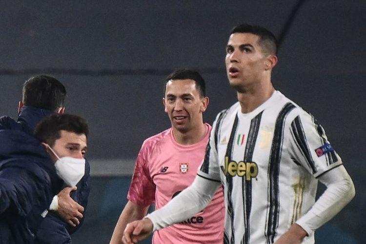 Ekspresi bintang Juventus Cristiano Ronaldo saat pemain FC Porto merayakan kelolosan mereka dari babak 16 besar Liga Champions 2020-2021 di Stadion Allianz, 9 Maret 2021.