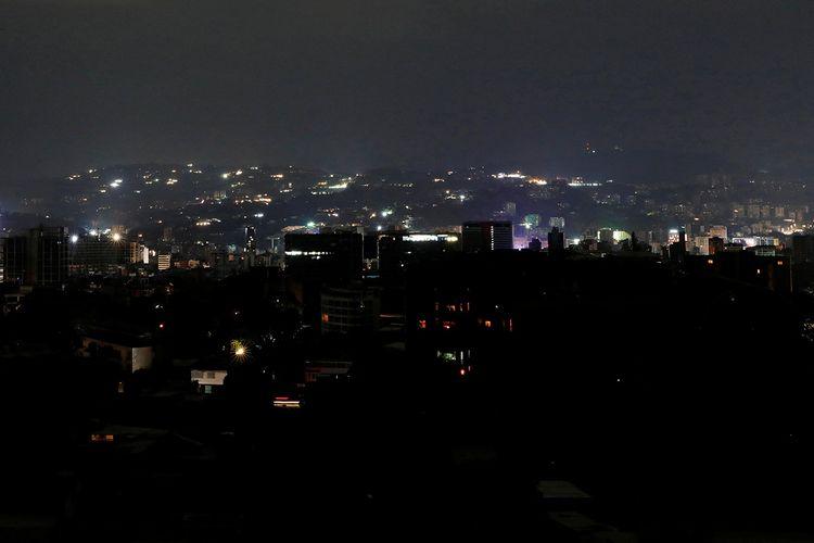 Suasana saat terjadinya listrik padam di Caracas, Venezuela, Kamis (7/3/2019). Di tengah krisis yang melanda Venezuela, pemadaman listrik massal yang terjadi berhari-hari di sejumlah kawasan negara itu menimbulkan banyak kekacauan seperti penjarahan hingga kesulitan air.