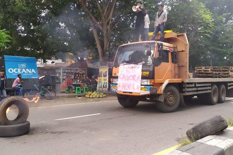 Salah satu massa aksi unjuk rasa tolak kedatangan Jokowi di Jalan Sultan Alauddin Makassar, Rabu (17/3/2021).
