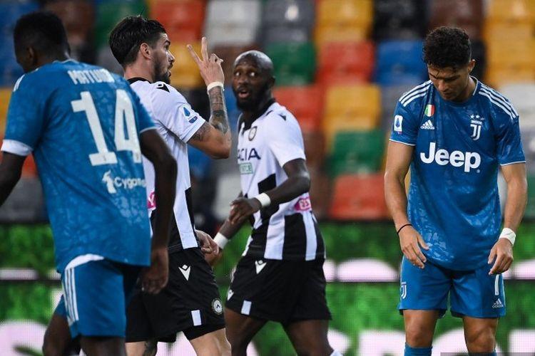 Penyerang Portugis asal Portugal Cristiano Ronaldo (kanan) bereaksi selama pertandingan sepak bola Serie A Italia antara Udinese dan Juventus pada 23 Juli 2020, di Stadion Dacia Arena di Udine.