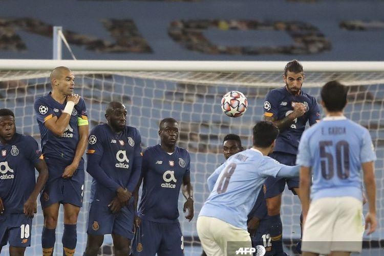 Gelandang Man City, Ilkay Gundogan, mencetak gol lewat tendangan bebas dalam pertandingan Liga Champions melawan FC Porto di Stadion Etihad, Rabu (21/10/2020).
