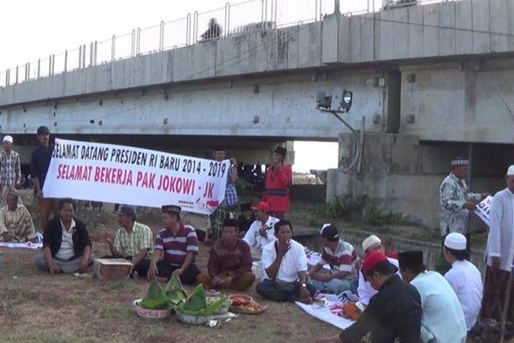 Relawan Jokowi-JK yang tergabung dalam Seknas menggelar doa bersama dan larung sesaji di kaki Jembatan Suramadu, Senin (20/10/2014).