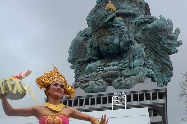 Seniman menampilkan Tari Sekar Jagat saat upacara Melaspas atau penyucian Patung Garuda Wisnu Kencana (GWK) di Ungasan, Bali, Rabu (8/8/2018). Kawasan patung GWK tersebut akan digunakan sebagai lokasi gala dinner menyambut para delegasi Pertemuan Tahunan Dana Moneter Internasional-Bank Dunia pada bulan Oktober mendatang.