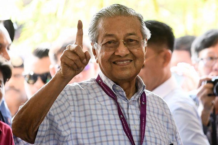 Politisi senior Malaysia, Mahathir Mohamad (92) menunjukkan jarinya yang sudah dicelupkan ke dalam tinta usai memberikan suara dalam pemilihan umum.