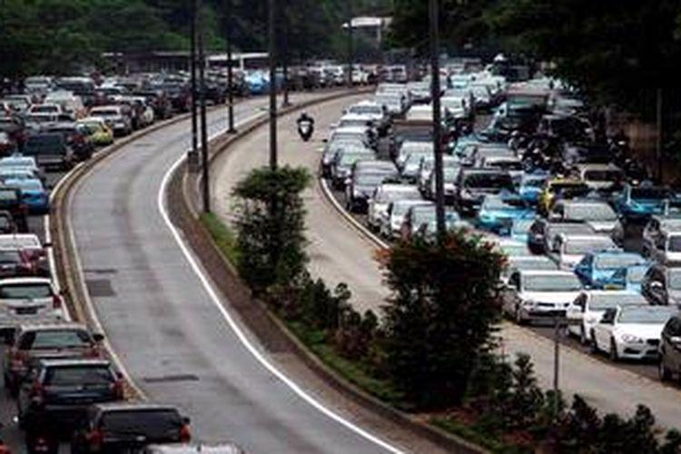 Pengguna kendaraan bermotor tersendat di Jalan Jenderal Sudirman, Jakarta Pusat, Senin (27/5/2013). Pembenahan sarana angkutan umum mendesak dilakukan untuk mengurai kemacetan lalu lintas yang tiap hari mendera Jakarta.
