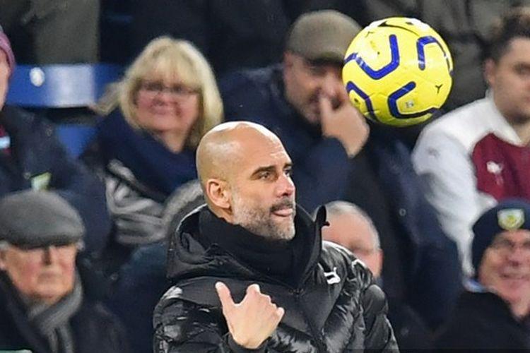 Manajer Spanyol Manchester City Pep Guardiola mengembalikan bola selama pertandingan sepak bola Liga Primer Inggris antara Burnley dan Manchester City di Turf Moor