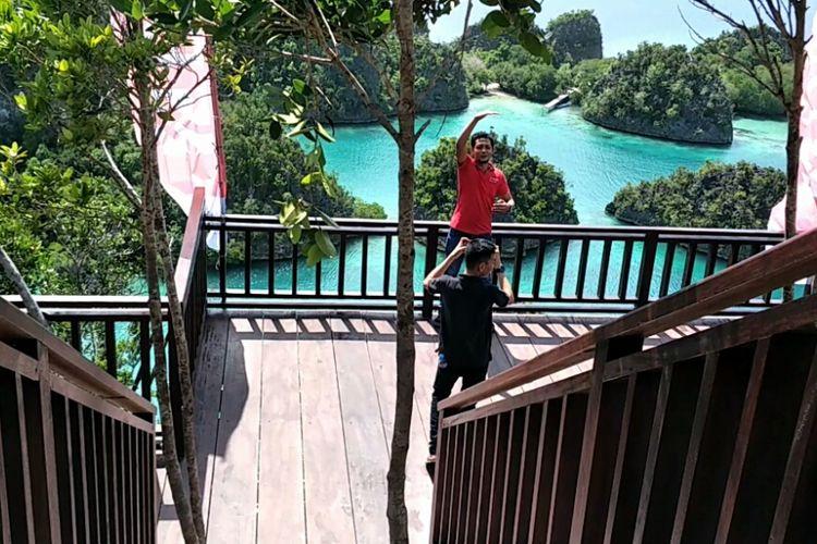 Salah satu spot berfoto di kawasan wisata Piaynemo, Waigeo, Raja Ampat, Papua Barat. Foto diambil pada Kamis (26/7/2018)