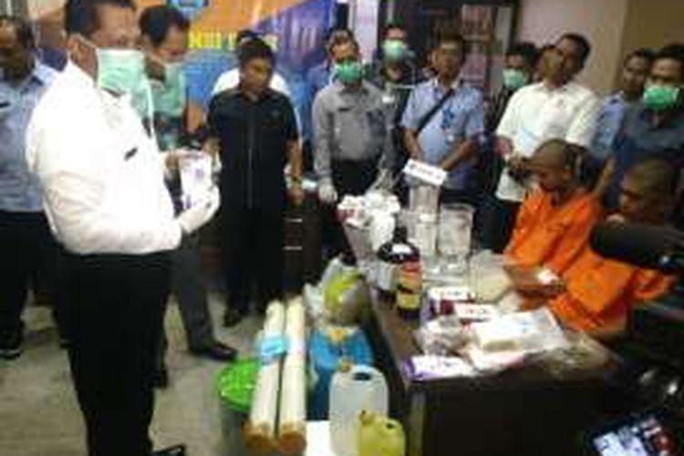 Praktik pembuatan sabu rumahan (clandestine lab) kembali ditemukan. Kali ini, Badan Narkotika Nasional membongkar kegiatan produksi narkoba jenis sabut tersebut di Kabupaten Aceh Utara, Provinsi Aceh. Selasa (23/8/2016)