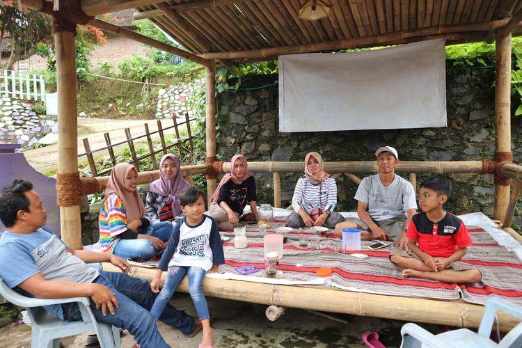 Gasebo dari kayu yang disiapkan di depan rumah warga Kampung Adat Segunung, Wonosalam, Kabupaten Jombang, Jawa Timur, untuk menjamu tamu yang berkunjung.