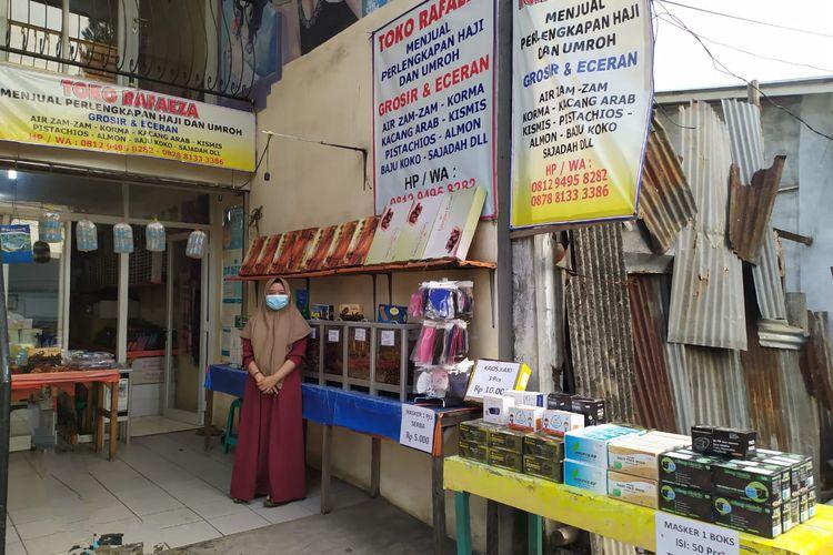 Dedeh (20), pedagang oleh-oleh haji di Asrama Haji Pondok Gede turut berjualan masker medis, Senin (7/6/2021),