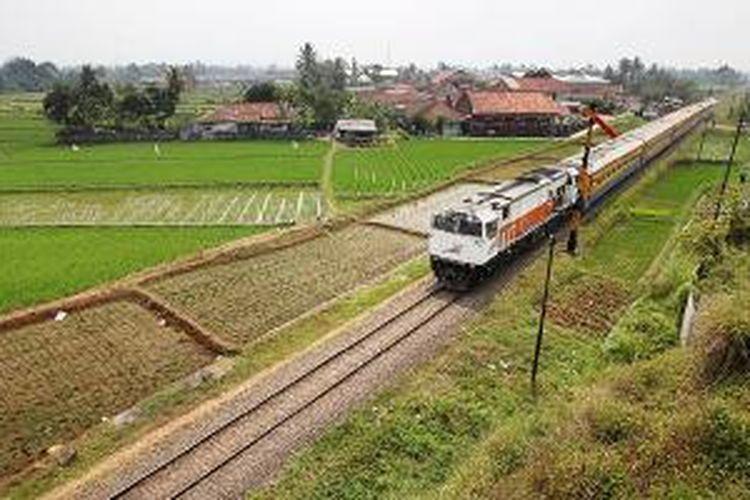 Kereta api Siliwangi dari Stasiun Bumiayu menuju Stasiun Paledang, Bogor, Jawa Barat, Rabu (1/10/2014). Pemandangan alam dan hamparan sawah menjadi pemandangan selama perjalanan. Kereta api menjadi salah satu transportasi yang dapat digunakan saat berwisata ke Sukabumi.