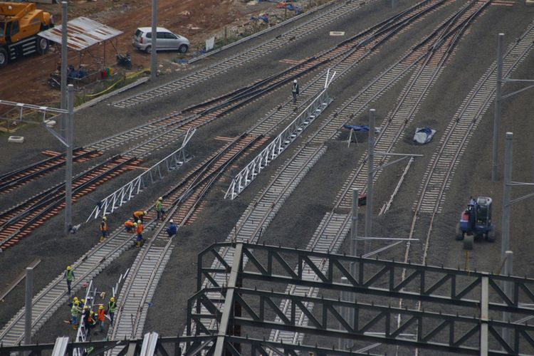 Pekerja menggarap pembangunan depo Mass Rapid Transit (MRT) di Lebak Bulus, Jakarta, Selasa (14/11/2017). Pembangunan depo MRT Lebak Bulus saat ini sudah mencapai sekitar 75 persen dan ditargetkan rampung pada Maret 2019.