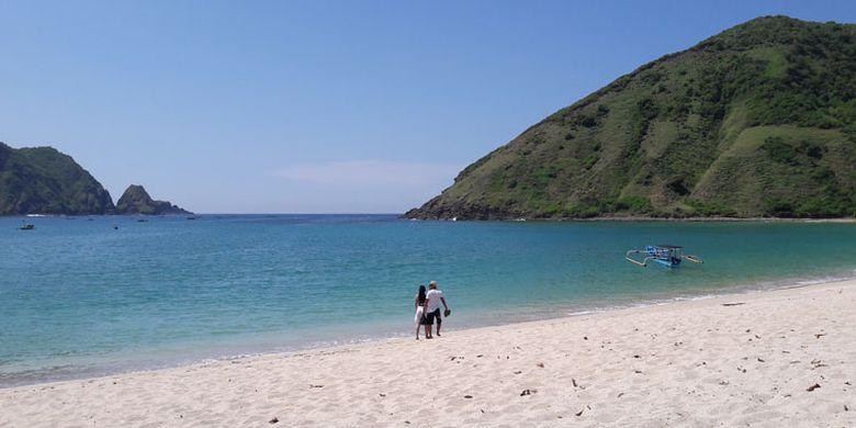 Wisatawan di Pantai Mawun, Kabupaten Lombok Tengah, NTB, Rabu (20/2/2019).