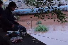 Banjir Jakarta, Warga Manfaatkan untuk Memancing di Kali Pesanggrahan