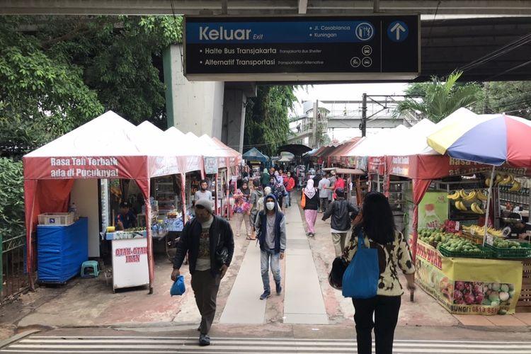 Area pintu keluar Stasiun Tebet, Jakarta pada Kamis (5/11/2020) sore. Terlihat sejumlah pedagang kaki lima di dekat pintu keluar Stasiun Tebet.