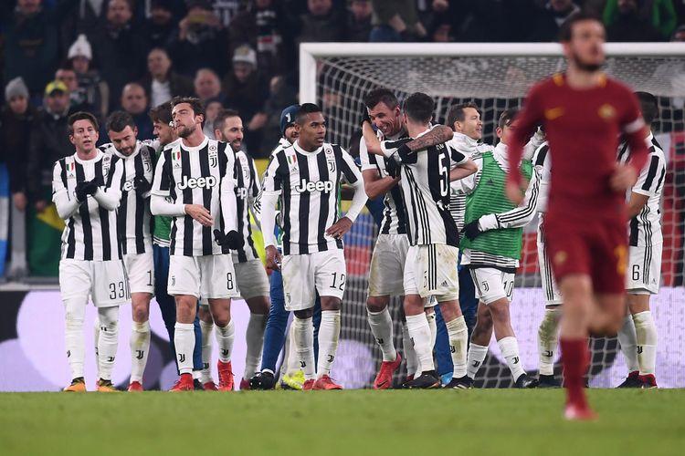 Para pemain Juventus merayakan kemenangan atas AS Roma pada pertandingan Serie A di Stadion Allianz, Sabtu (23/12/2017).