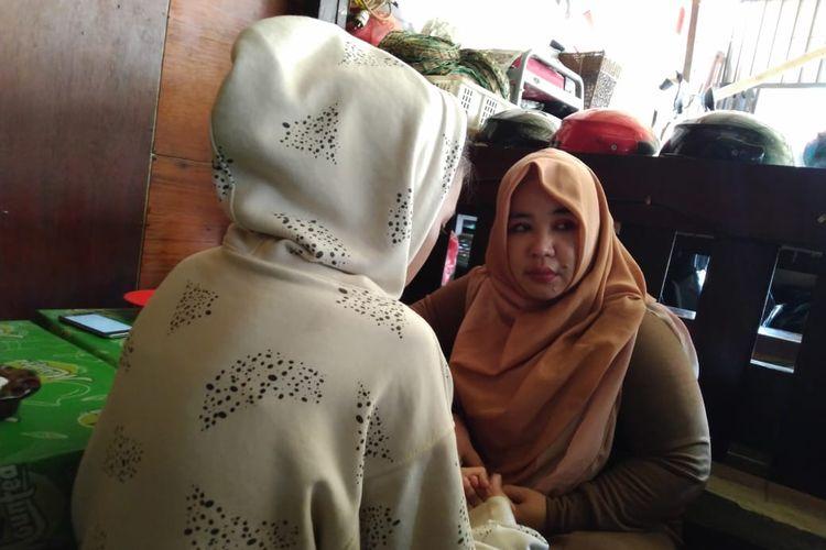 RM (jaket putih) didampingi Koordinator Tim Reaksi Cepat Perlindungan Anak (TRCPA) Kaltim, Rina Zainun saat ditemui Kompas.com di sebuah warung makan di Samarinda, Jumat (24/1/2020).