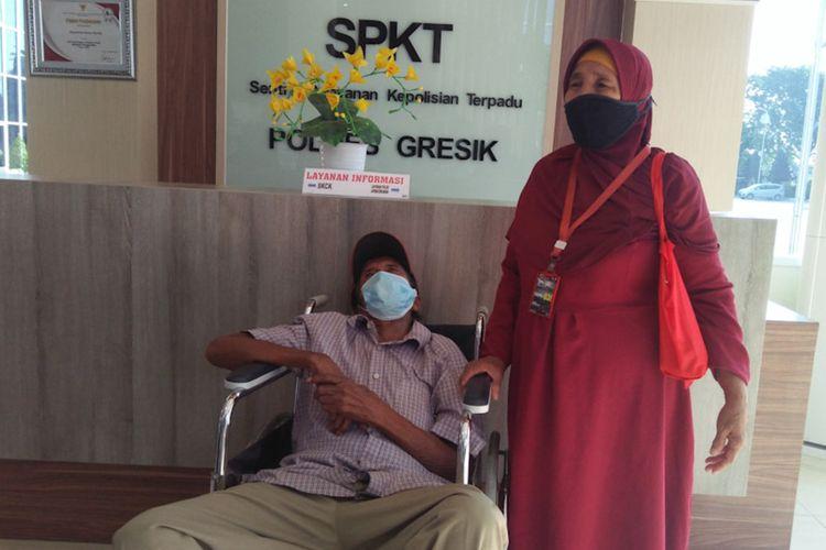 Munawaroh (kanan) dan Ripan saat mendatangi Mapolres Gresik untuk mengadu perihal yang sedang dialami, Selasa (8/6/2021).