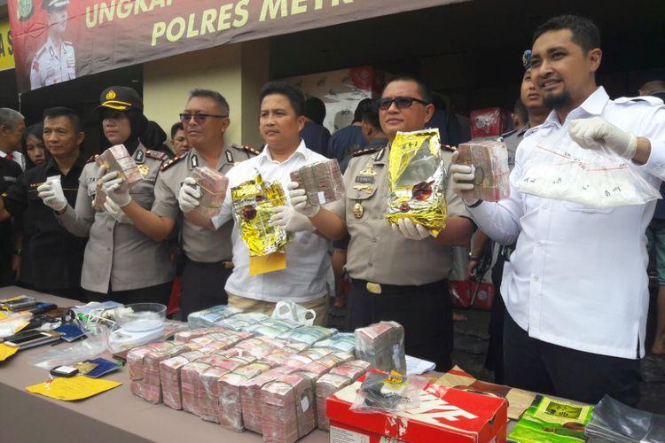 Wakapolres Meteo Jakarta Utara, AKBP Efried Richard Maith, memamerkan sejumlah barang bukti penangkapan tujuh anggota jaringan pengedar narkoba di Mapolres Jakarta Utara, Senin (5/2/2018)