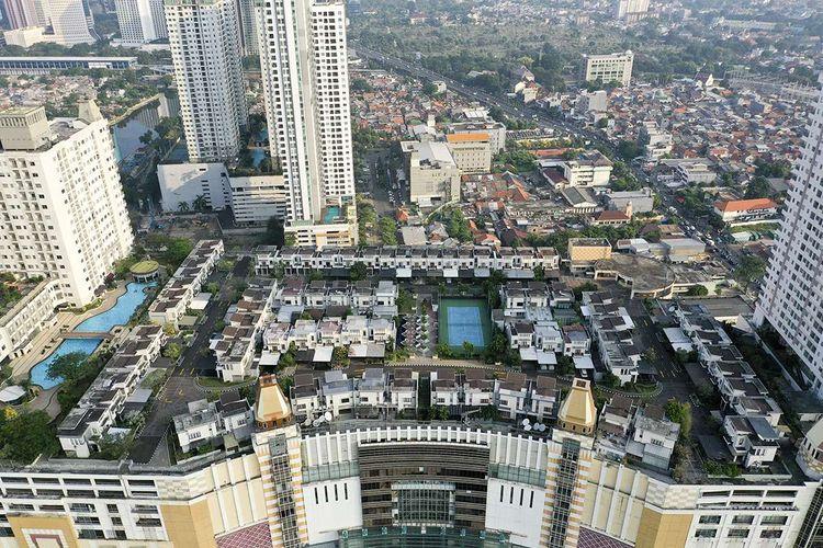 Foto aerial suasana perumahan yang berada di atas mal Thamrin City, Jakarta, Rabu (26/6/2019). Keberadaan perumahan bernama Cosmo Park di atas pusat perbelanjaan Thamrin City ini menjadi bahan perbincangan warganet sejak Selasa kemarin setelah fotonya tersebar di media sosial, terdiri dari lima blok yaitu A1-A19, B1-B12, C1-C19, D1-D16, E1-E15, dan F1-F9.